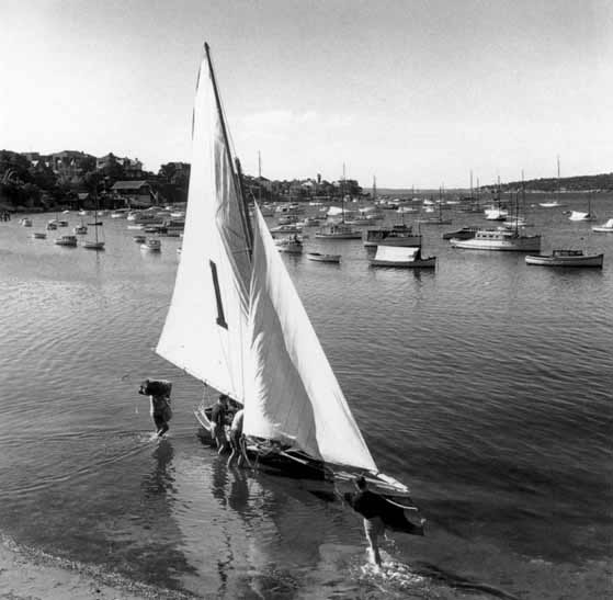 Rigging 18 footer, Rose Bay – c.1948