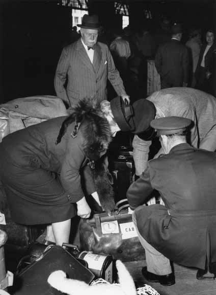 Customs inspection of passengers' baggage – 1950