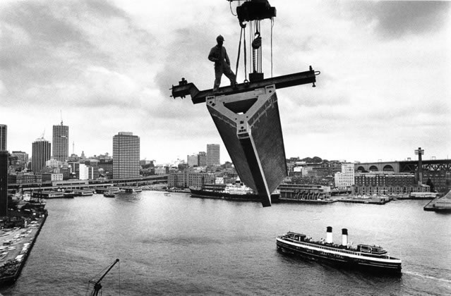 Lifting roof section over Sydney Cove – 1967