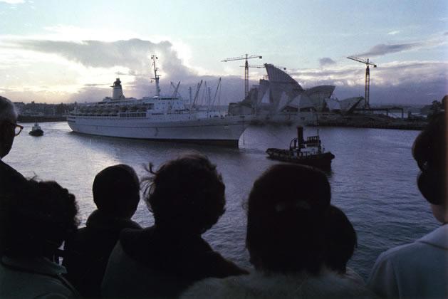 Migrant liner <em>Galileo Galilei</em> approaching Sydney Cove Passenger Terminal – 1966