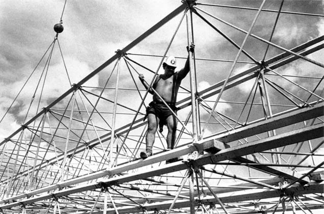 Dani Te-Nah-U on section of Kingshore support scaffolding – c.1993