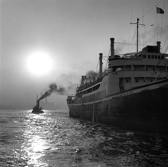 Tug boat and ocean liner, London – c.1956